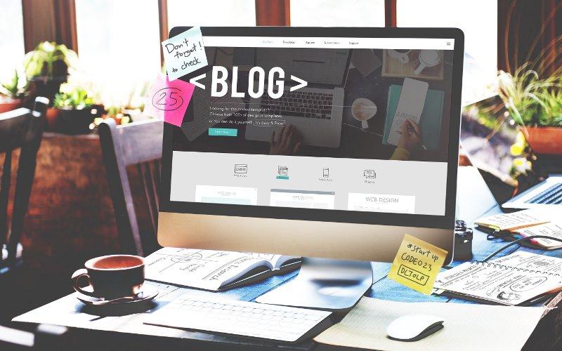 Počítač s poznámkami blogera