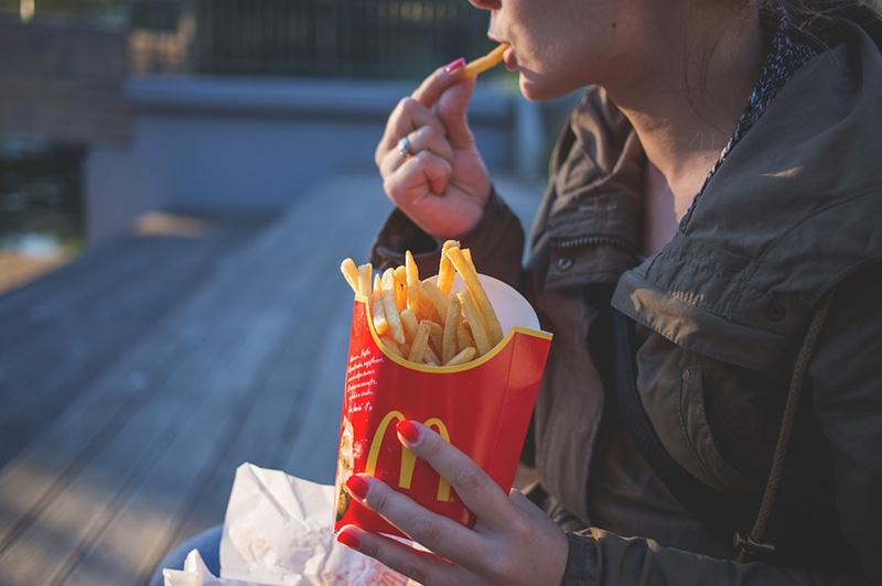 McDonald používá jednoduché a snadno zapamatovatelné logo a barvy.